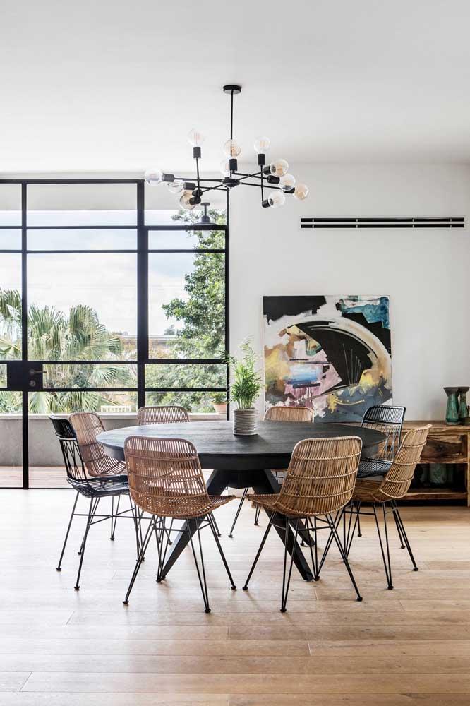 Aqui, a mesa de jantar redonda recebeu a companhia de um lustre moderno no mesmo formato
