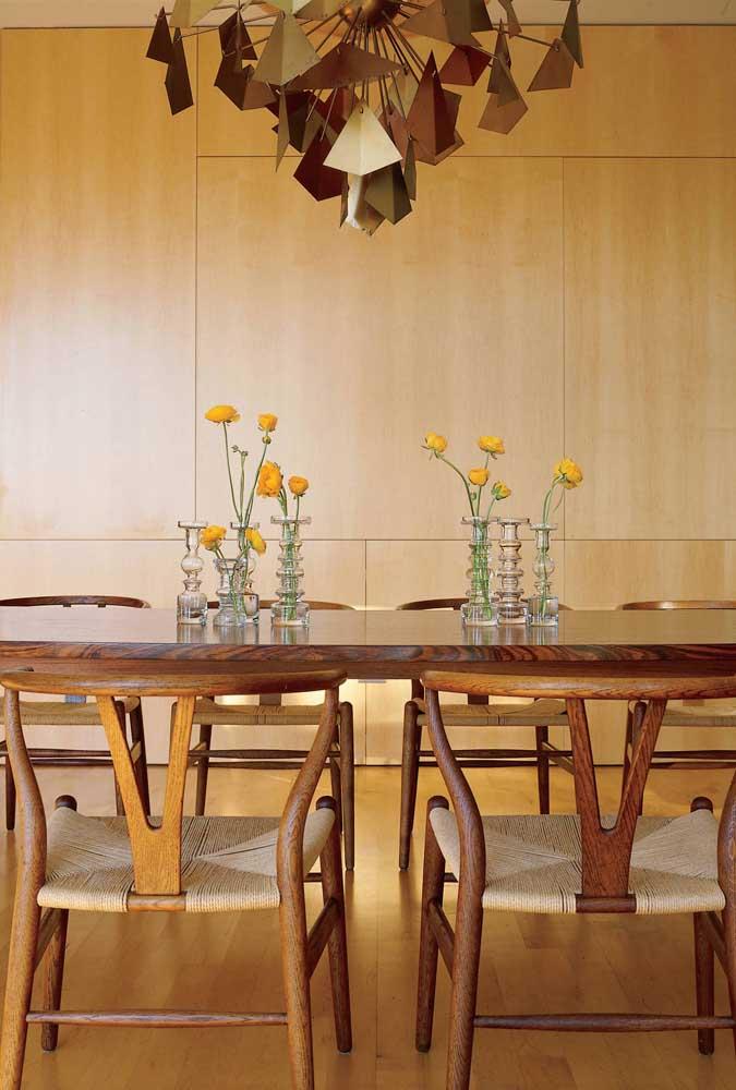 Lembre-se sempre de checar se a altura do lustre não está atrapalhando a comunicação na mesa de jantar
