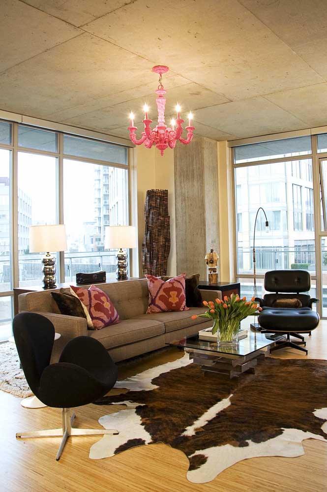 O lustre de estilo clássico é o grande destaque dessa sala de estar
