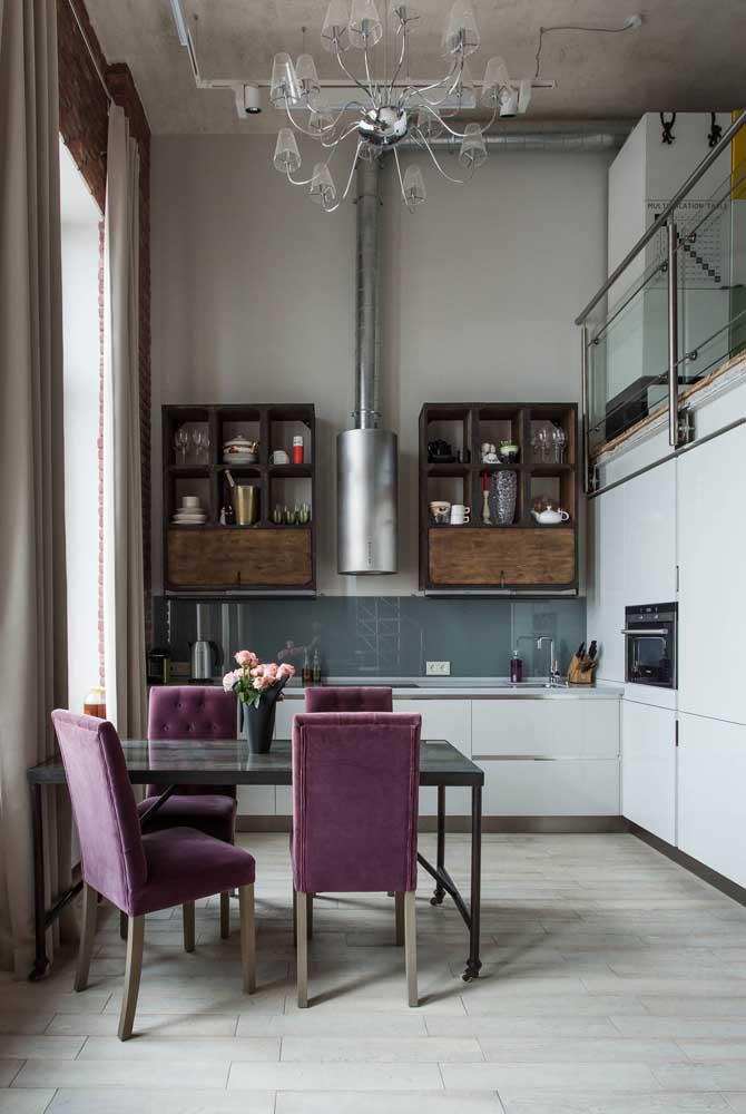 Lindo contraste entre a decoração industrial e o lustre de vidro clássico