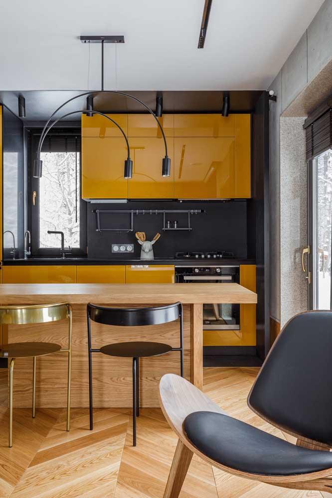 Dupla de lustres simples para acompanhar o balcão da cozinha integrada