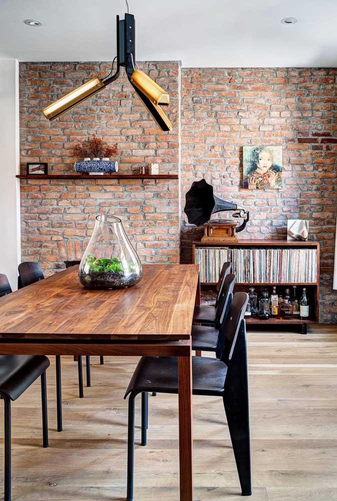 Lustre moderno acompanhando a cor e o material usado na mesa de jantar