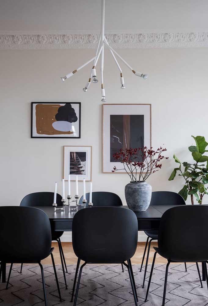 Velas e lustre na mesa de jantar