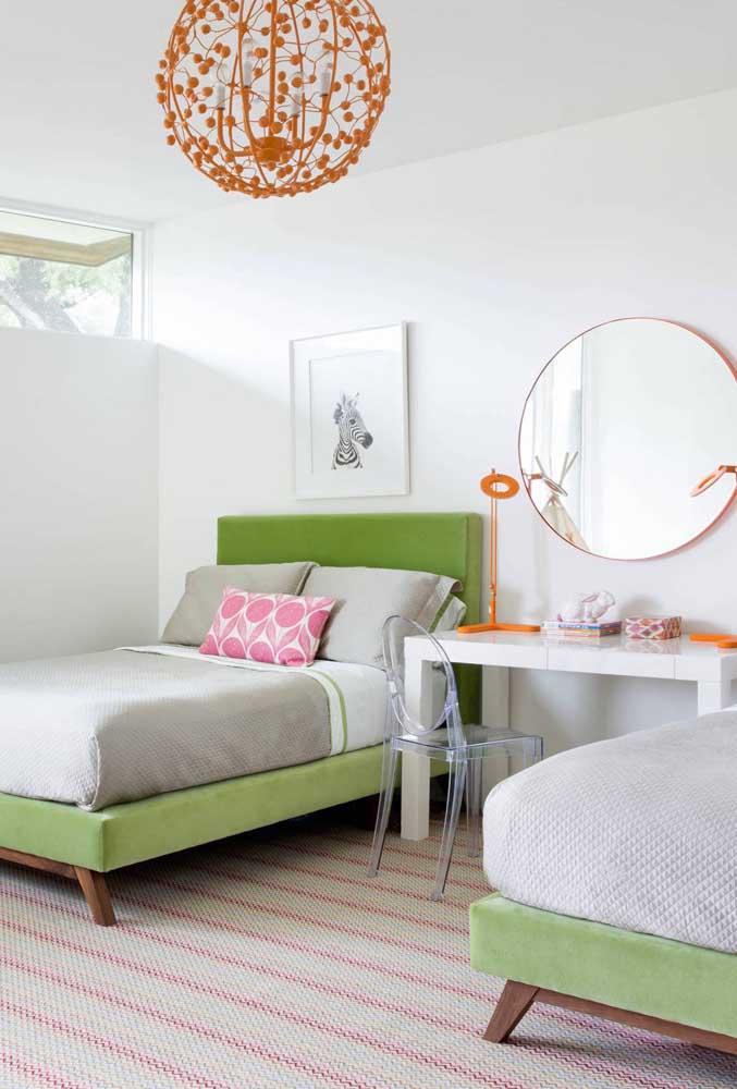 Lustre laranja para combinar com os demais elementos decorativos do quarto
