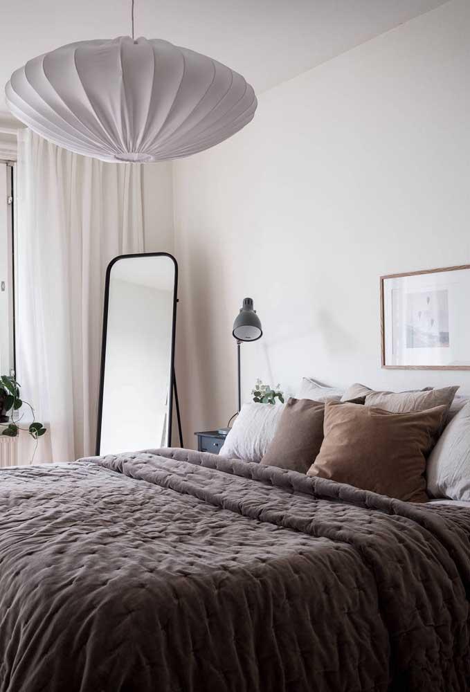 Iluminação especial sobre a cama do casal