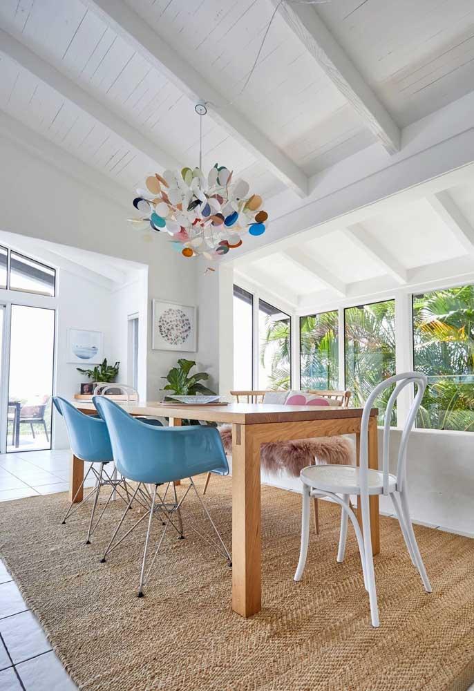 Um lustre cheio de cor para essa sala de jantar integrada a área externa da casa