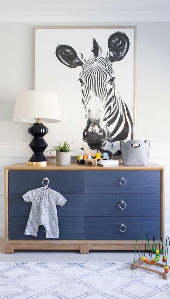Quer uma cômoda para quarto de bebê que saia do óbvio? Então que tal esse modelo que mescla madeira com azul escuro?