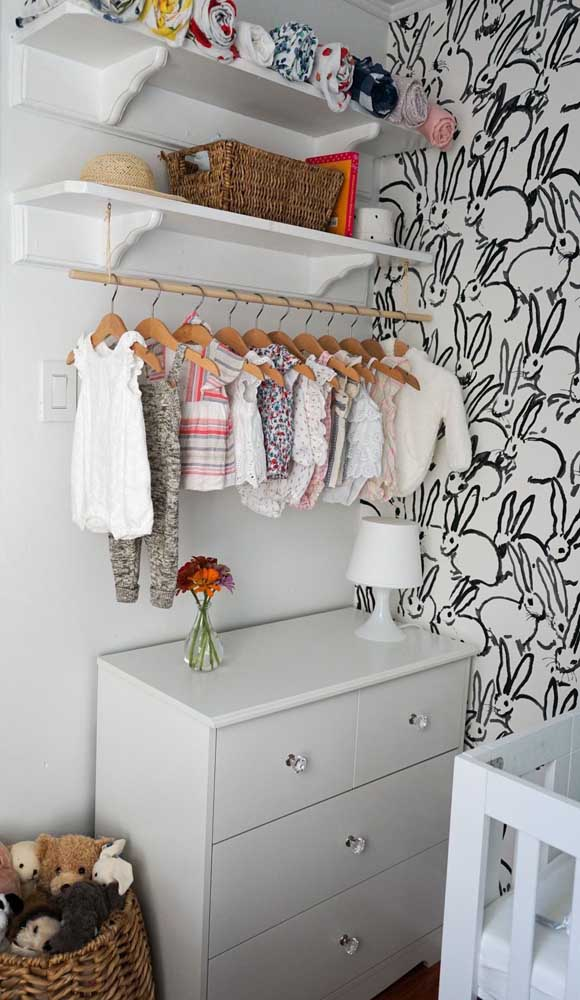 Aqui, os puxadores de cristal dão um toque super delicado para a cômoda do quarto de bebê
