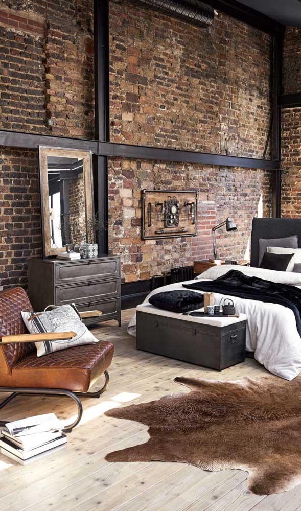 O quarto rústico e contemporâneo apostou em um modelo de cômoda que se encaixou perfeitamente com a decoração