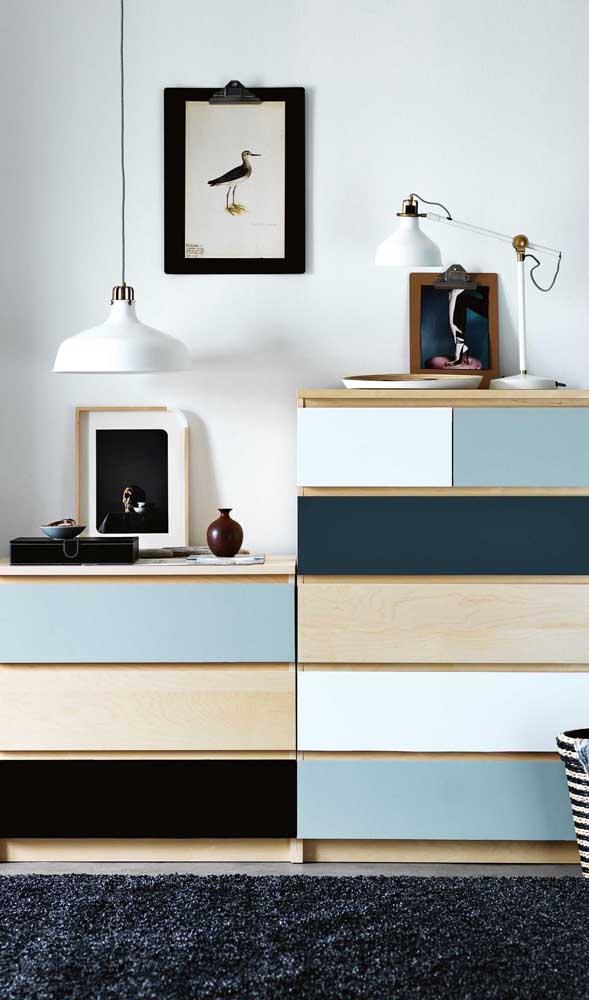 Cômoda para quarto de solteiro. O estilo moderno do móvel fica evidenciado pela composição de tons de azul e as linhas retas