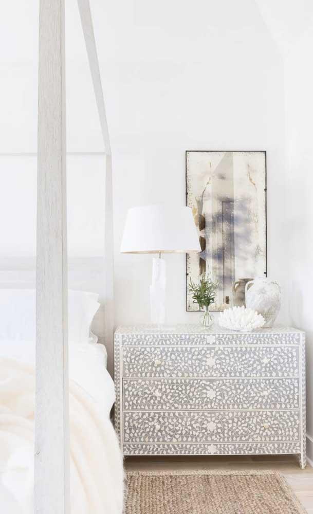 Nesse quarto, a cômoda com estampa floral se destaca e chama toda atenção para si
