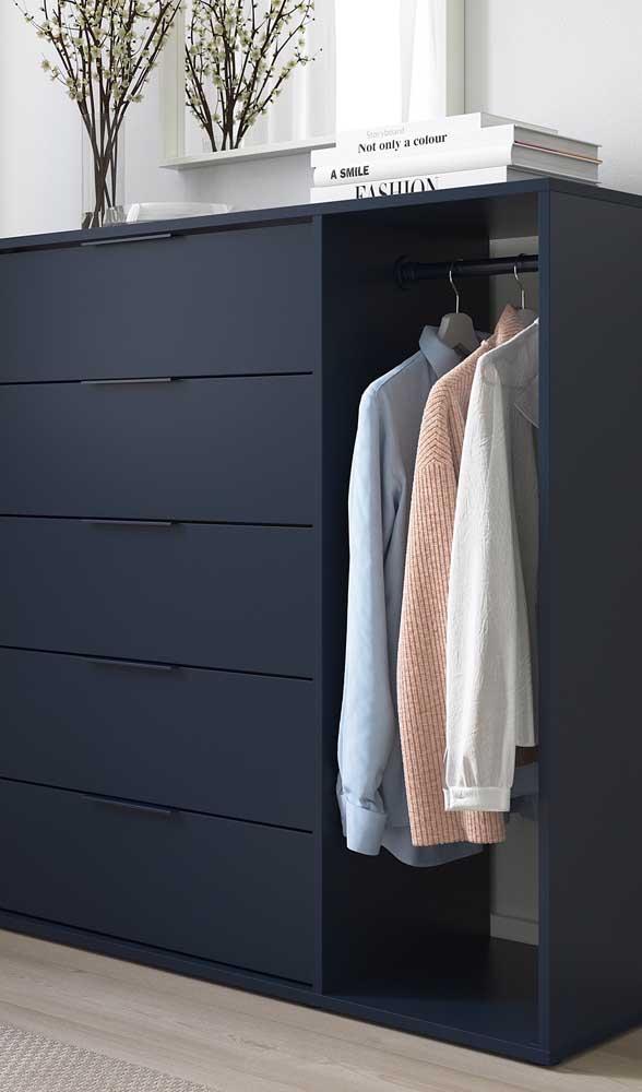 Cômoda moderna em tom de azul marinho, perfeita para um quarto de solteiro masculino. Repare que o modelo ainda traz um pequeno cabideiro