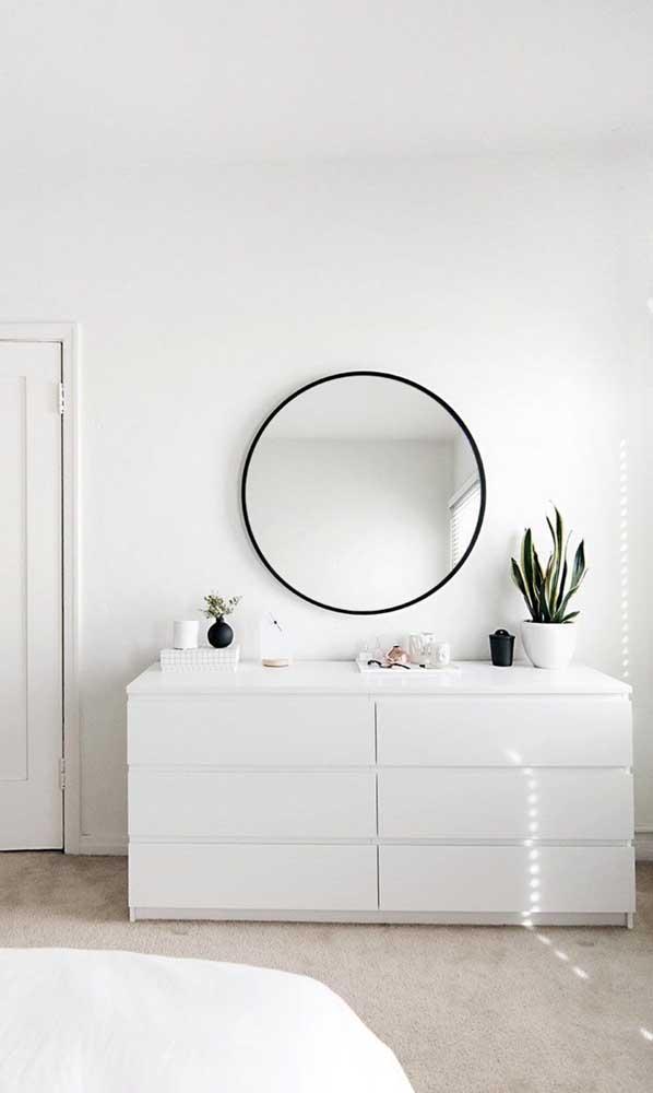 Já os fãs do design minimalista e escandinavo vão adorar essa cômoda branca sem puxadores