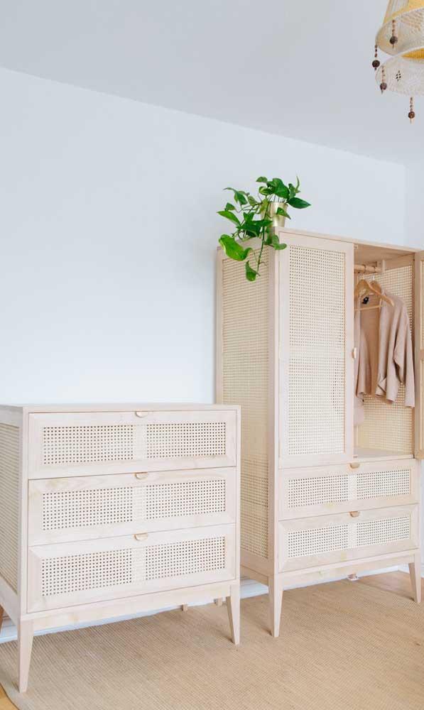 A palha traz um estilo rústico e praiano para essa cômoda de quarto