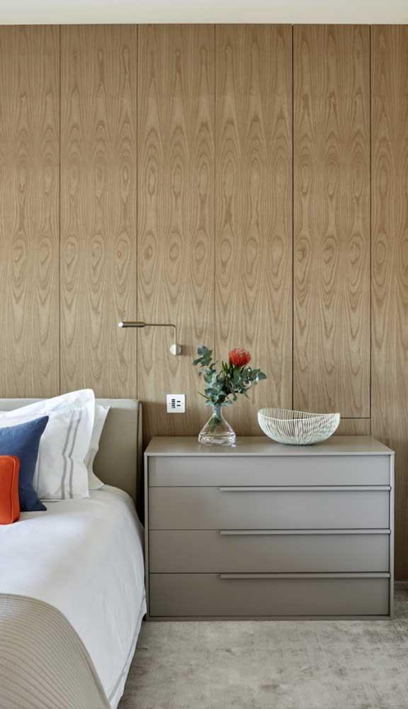 Cômoda para quarto de casal combinando com a cabeceira. Repare que o móvel também foi usado para substituir o criado mudo