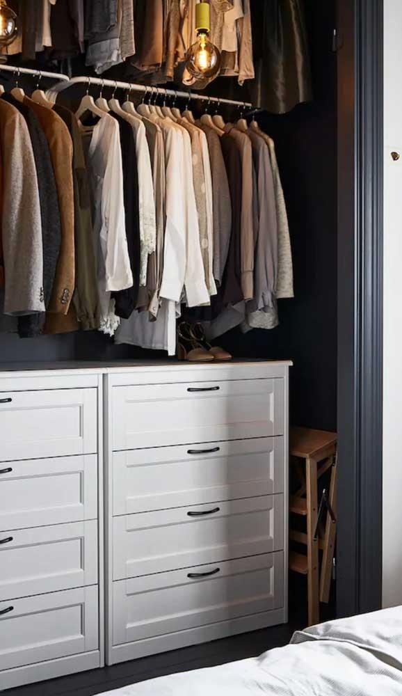 Outra boa ideia para você usar a cômoda no quarto: dentro do closet!