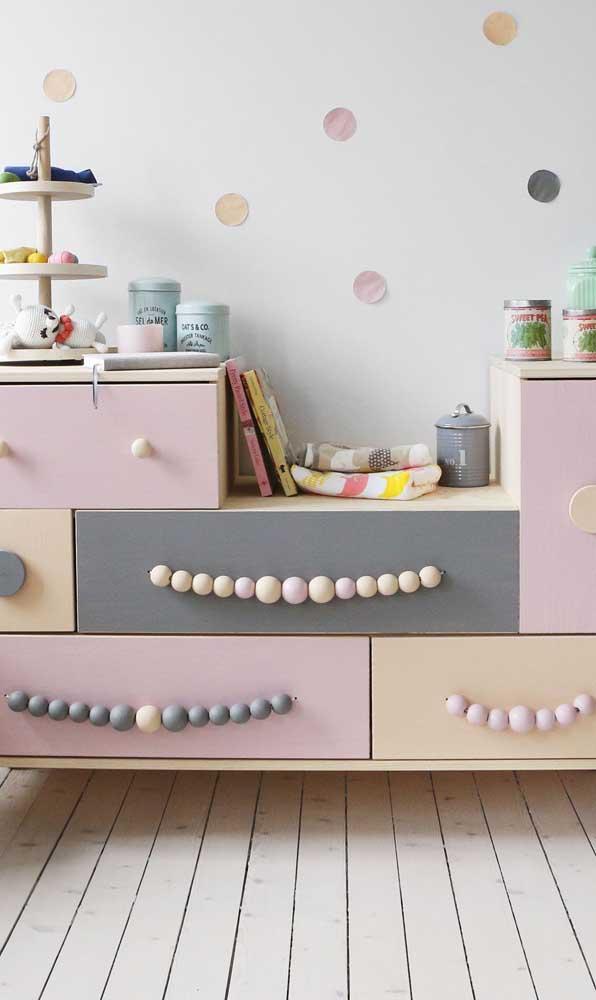 Já nesse quarto infantil, a cômoda ganhou puxadores lúdicos e divertidos