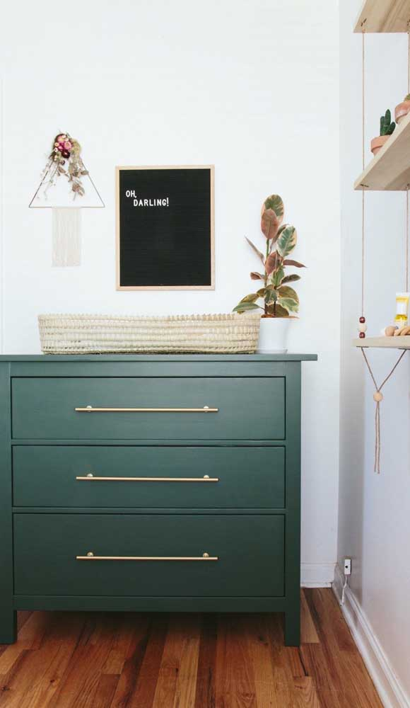 E o que acha desse modelo de cômoda verde com puxadores dourados? Bem inusitado para um quarto infantil!