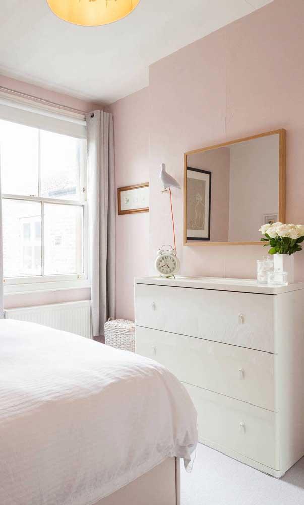 Aproveite o espaço em cima da cômoda para caprichar na decoração. Uma dica é usar abajur, relógio e vaso com flores