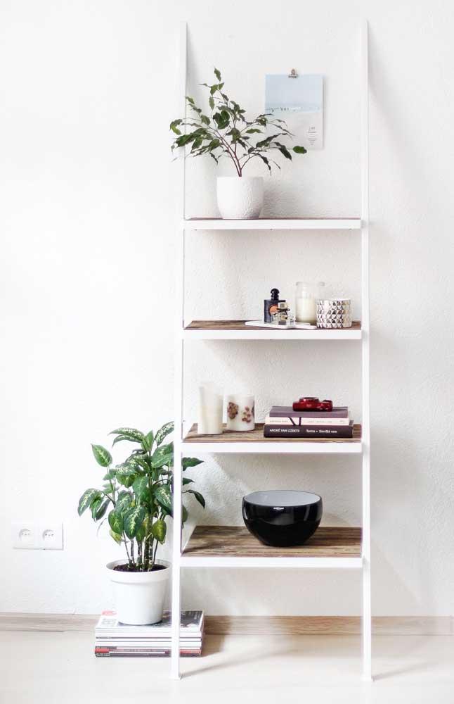 Estante escada branca para compor aquela decoração branca e minimalista
