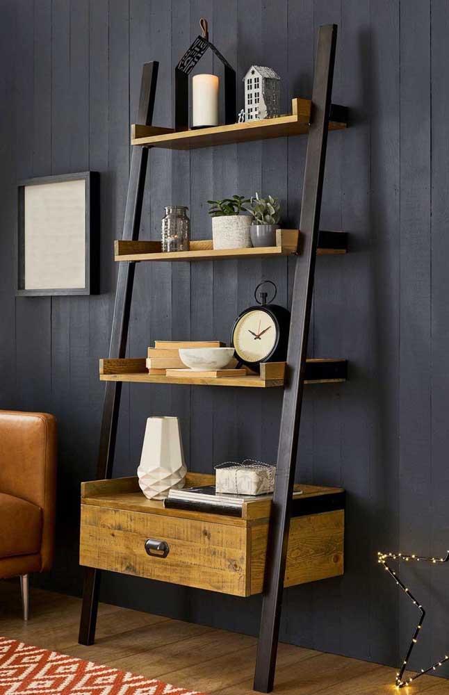 Aqui, o destaque da estante escada vai para a madeira rústica combinada ao preto