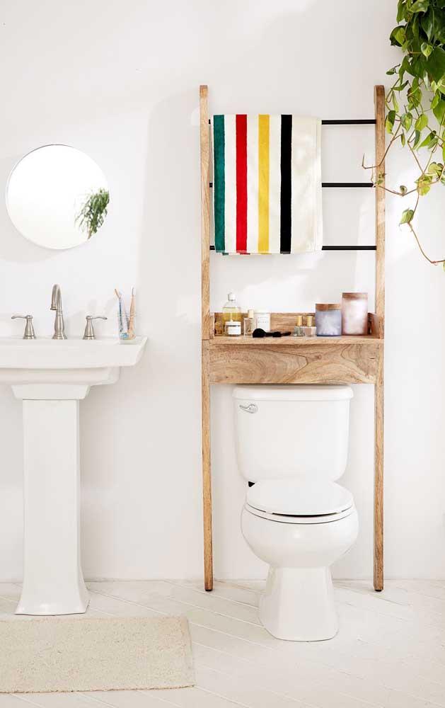 Um bom lugar para a estante escada no banheiro: sobre o vaso sanitário