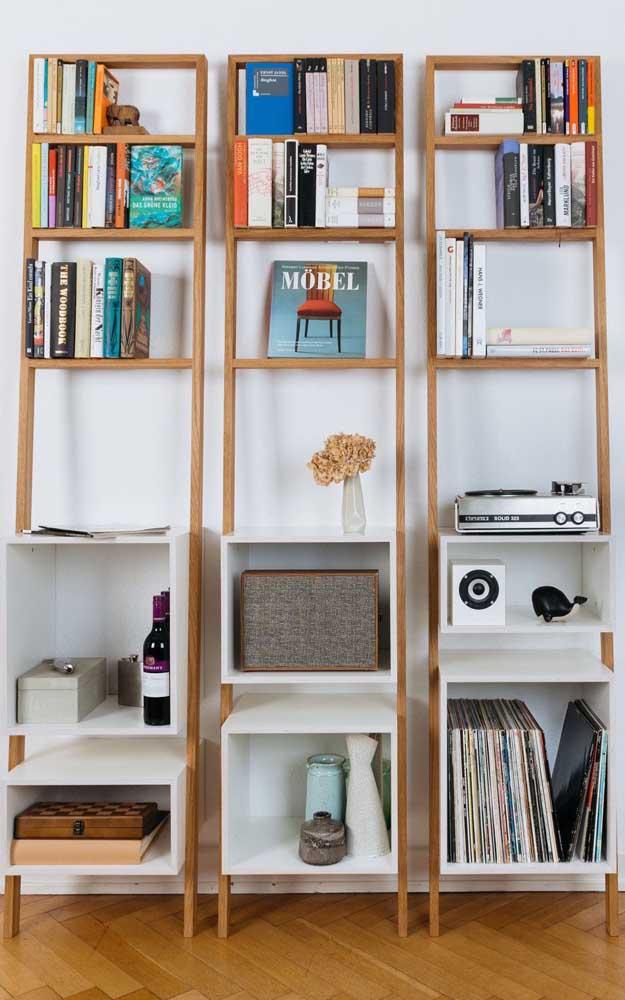 Trio de estantes escadas em madeira com detalhes brancos