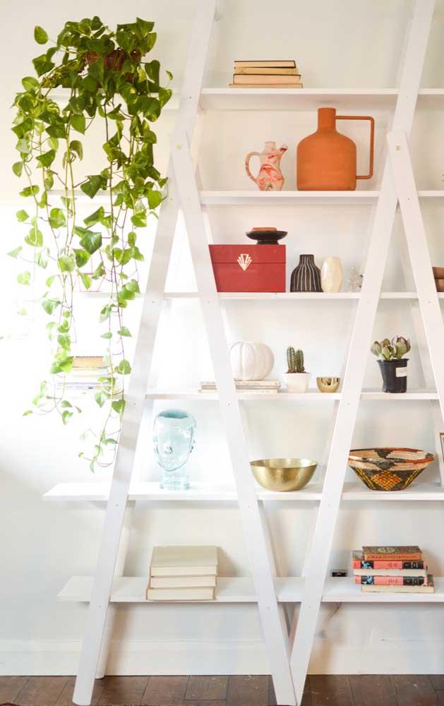 Modelo duplo de estante escada. A cor branca trouxe ainda mais charme para a peça