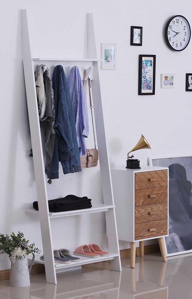 Estante escada para pendurar roupas e outros acessórios