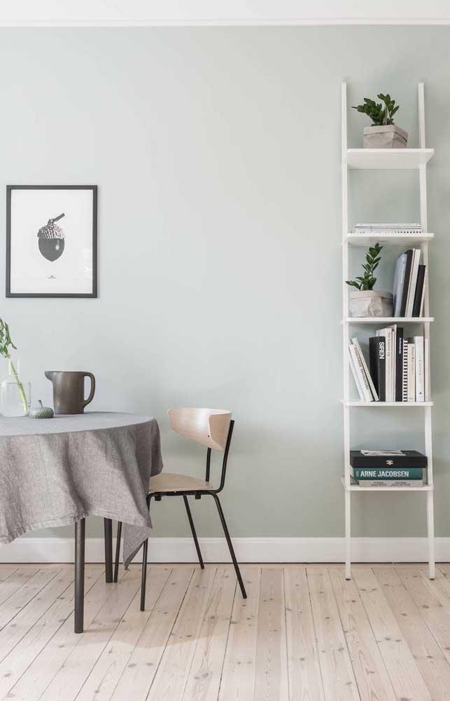 Estante escada branca para a sala de jantar. Repare que o modelo mais enxuto permite que a peça seja usada em ambientes pequenos
