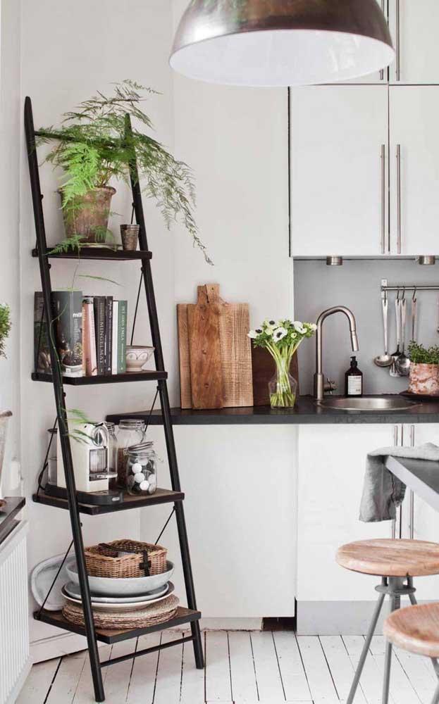 Na cozinha, a escada estante pode ser usada para organizar louças, panelas e outros utensílios do dia a dia