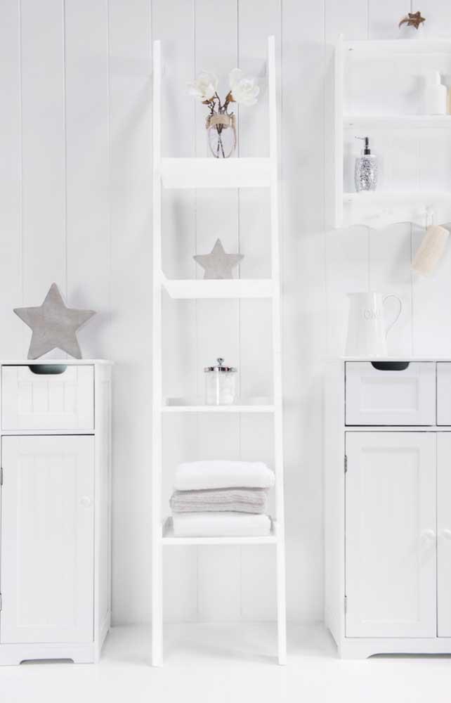 O banheiro clean e de estilo provençal apostou na estante escada branca para dar continuidade ao projeto decorativo