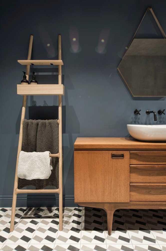Nesse banheiro, a escada estante traz suporte e nicho para ajudar na organização