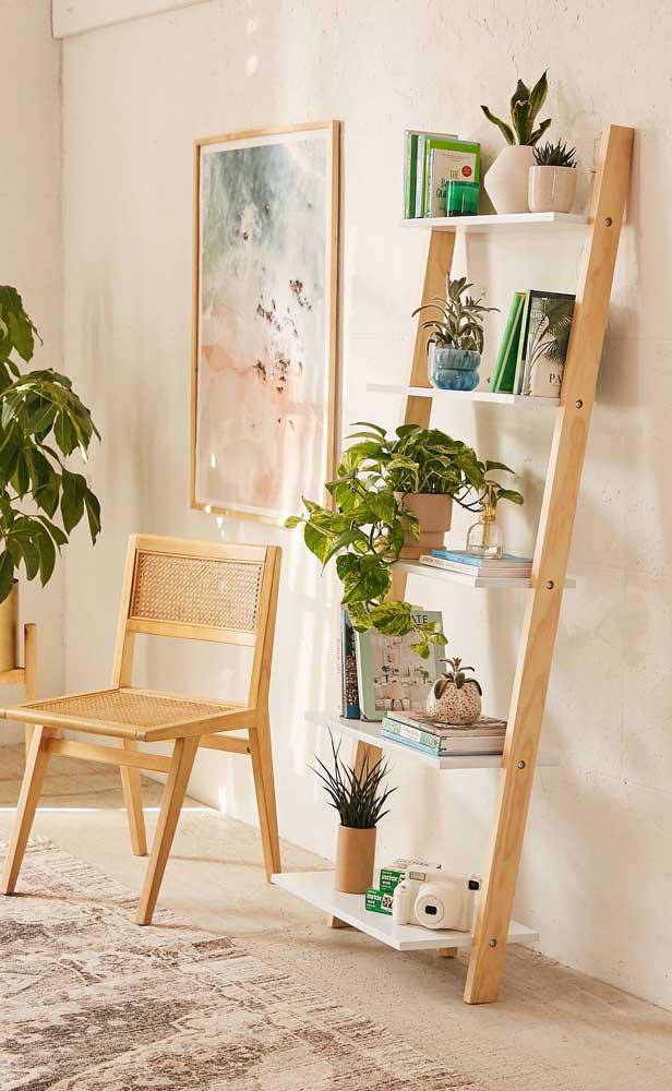 Estante escada de madeira clara para aquela decor aconchegante e moderninha