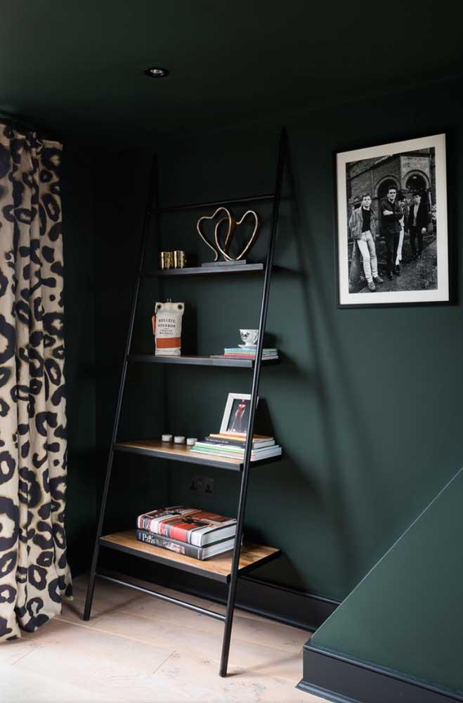 O tom forte e marcante de verde da parede casou muito bem com a escada estante preta