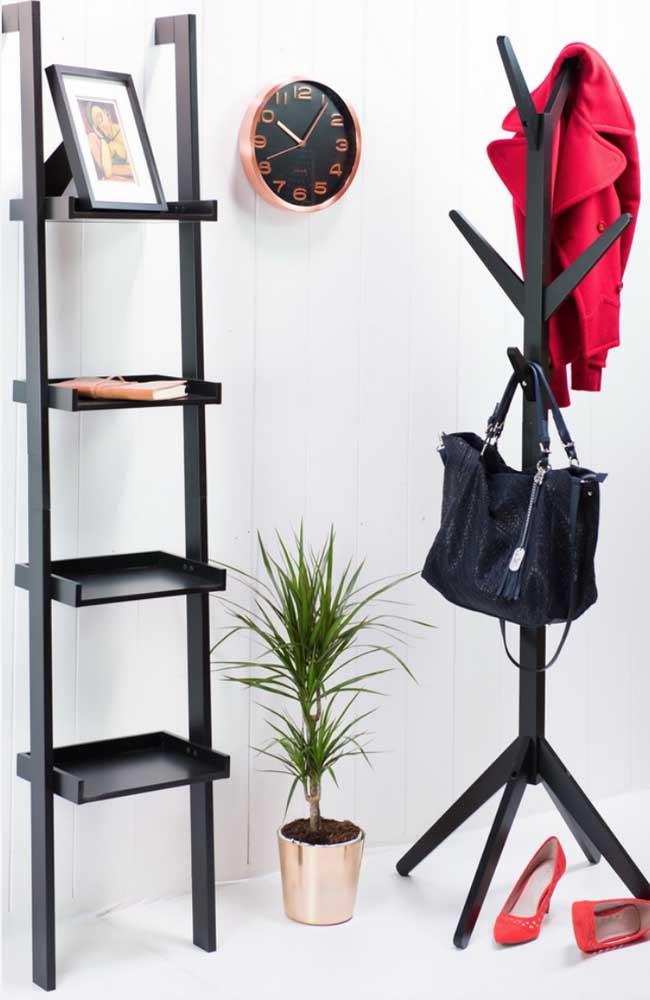 Escada estante preta formando par com o cabideiro da mesma cor