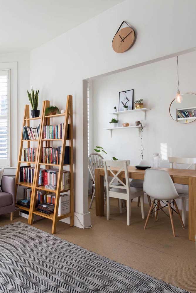 Estante escada substituindo a tradicional estante da sala