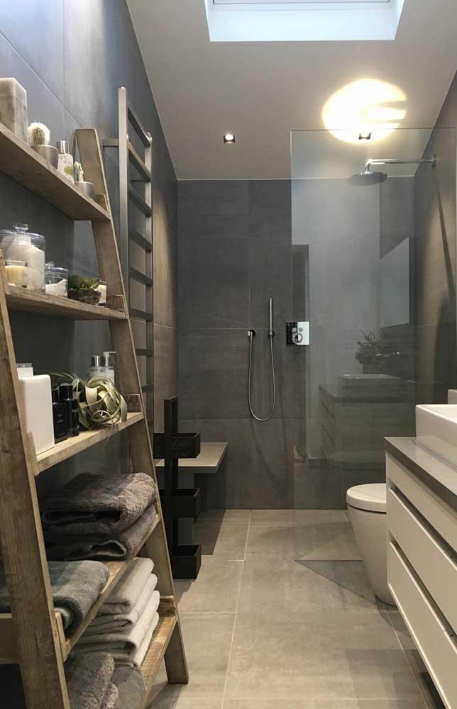 Banheiro moderno com escada estante de madeira rústica