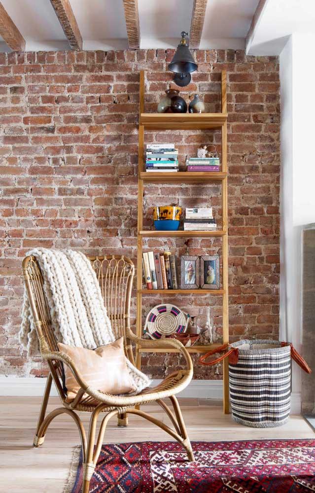 Falando em rústico, essa sala de estar com parede de tijolinhos arrasou na escolha da estante escada de madeira