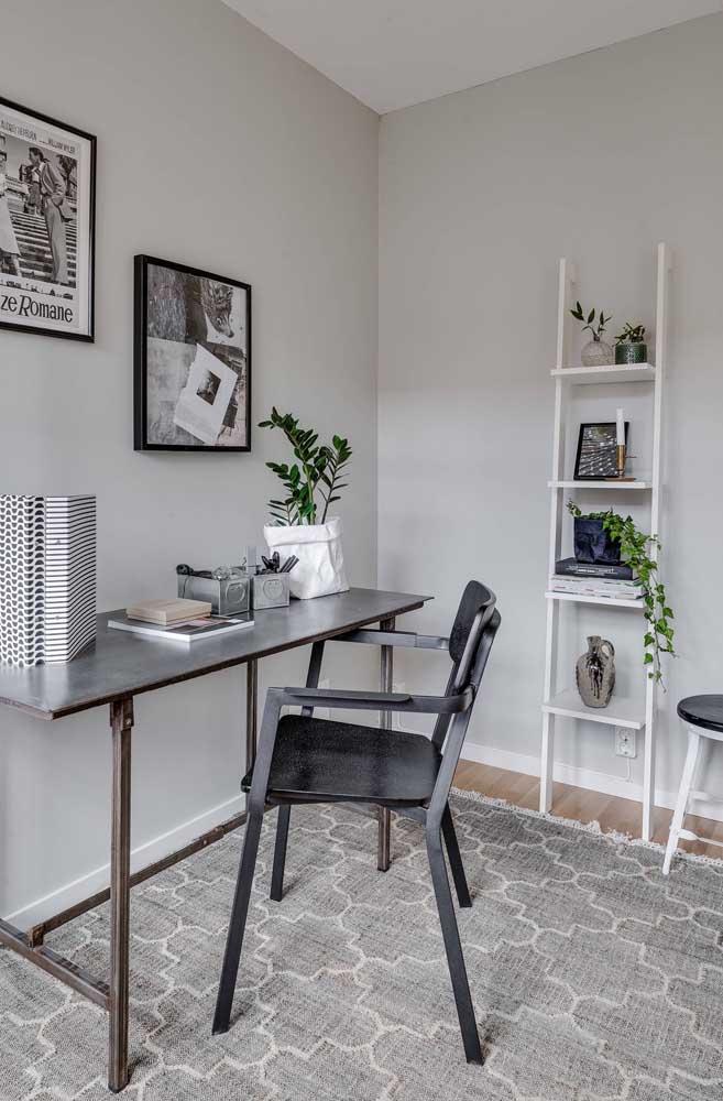 Home office decorado com uma simples e bonita estante escada branca