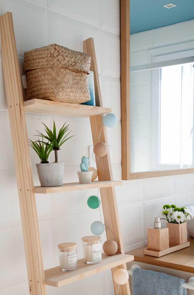 Estante escada de madeira combinando com o gabinete do banheiro