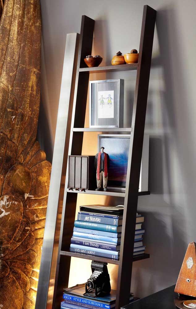 O ângulo de inclinação da estante escada vai depender do tamanho da peça e do espaço que você tem disponível no ambiente