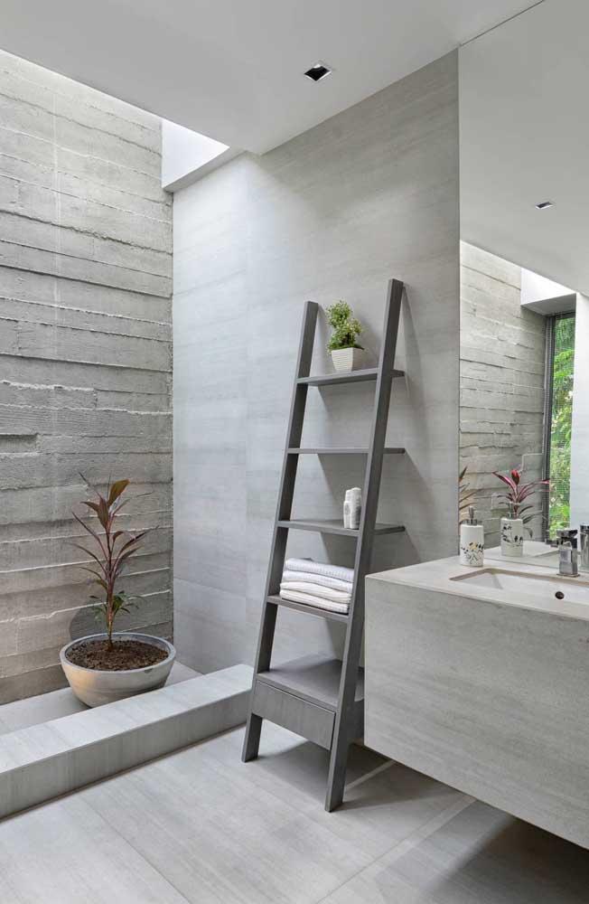 Que tal uma estante escada cinza para aquele banheiro moderno que você está pensando em fazer?