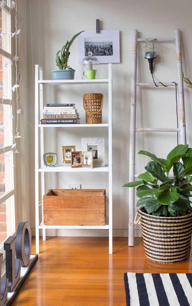 Dois modelos diferentes de estante escada para a mesma sala de estar