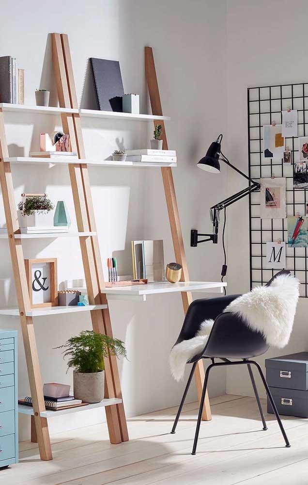 Dois em um: estante escada com escrivaninha