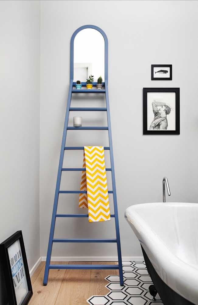 No topo dessa estante escada foi colocado um espelho