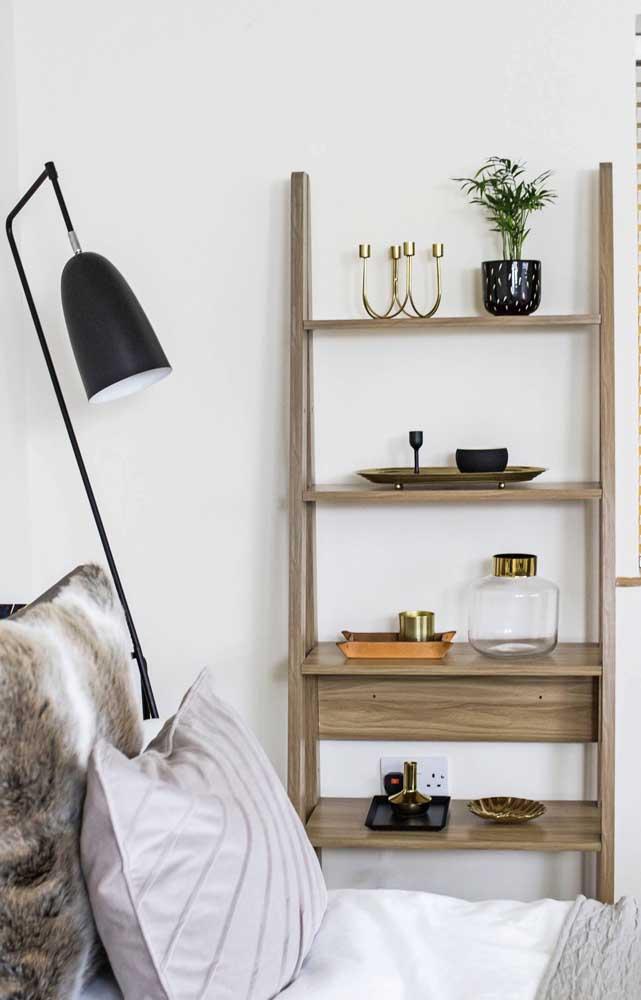 Estante escada de MDF para completar a decoração da sala de estar
