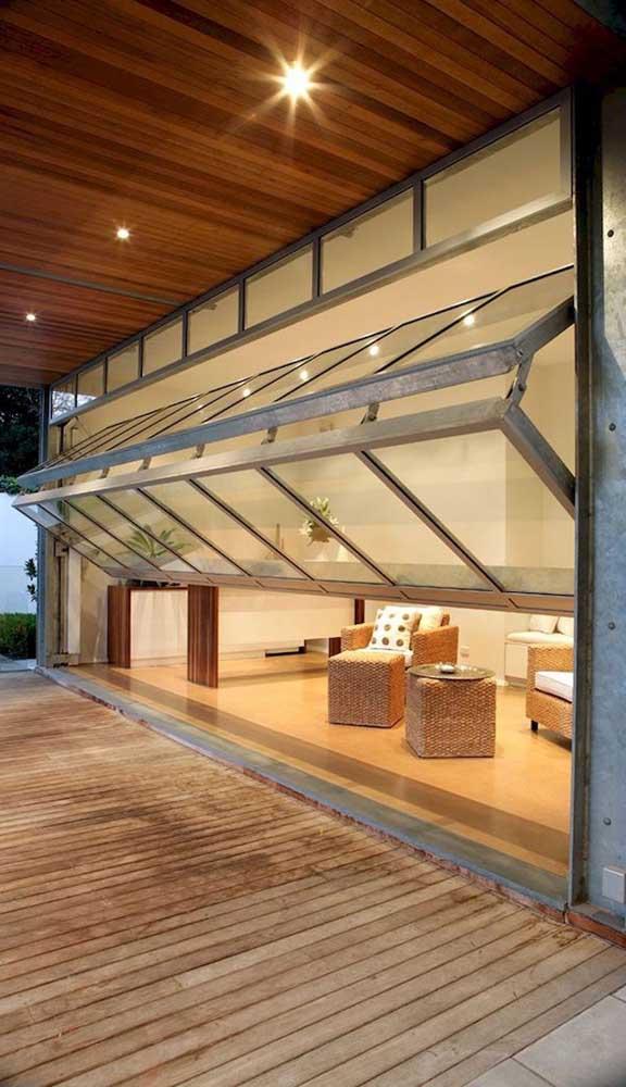 Portão basculante articulado com moldura de alumínio e folhas de vidro. Uma linda inspiração!