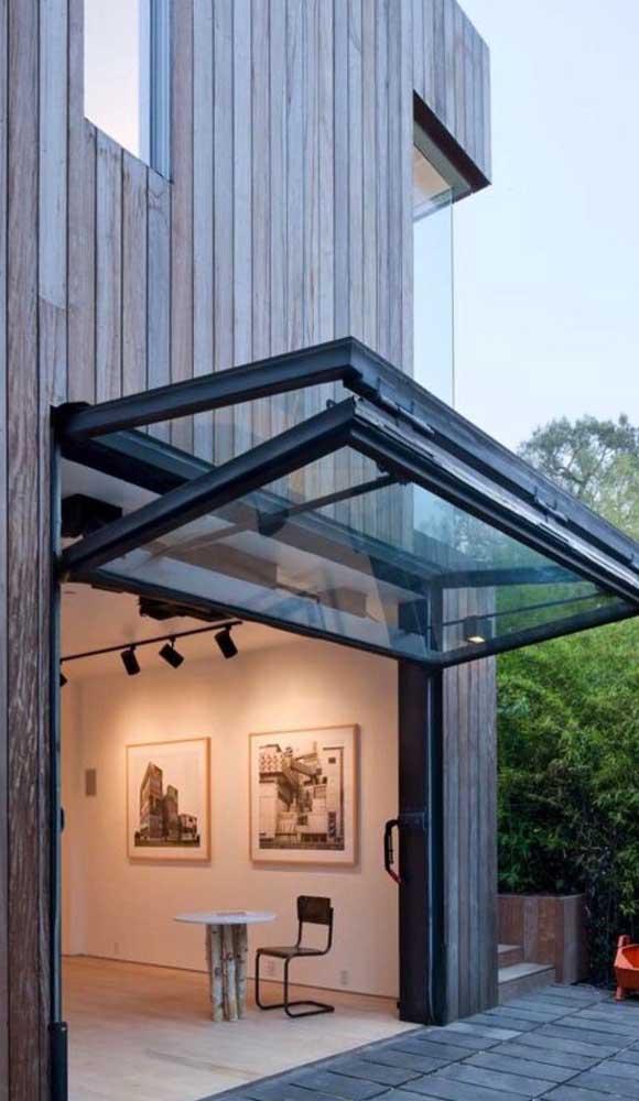 Portão basculante de alumínio e vidro: beleza, segurança e iluminação para dentro de casa
