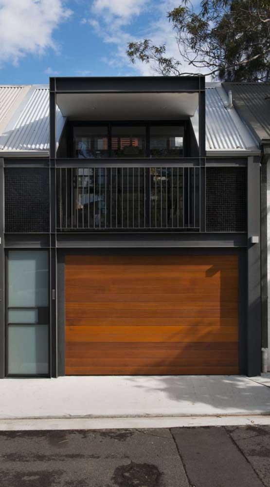 Modelo simples, bonito e funcional de portão basculante de madeira